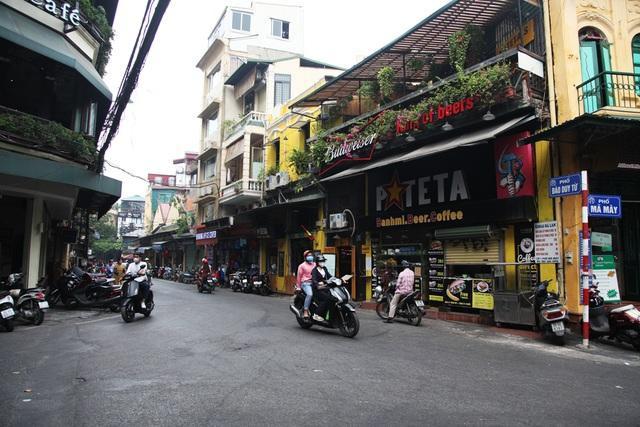 Đầu phố Đào Duy Từ giao với phố Hàng Buồm, Mã Mây. Thực tế, đây cũng là tuyến phố tập trung nhiều cửa hàng, quá bar phục vụ du khách nước ngoài, hoạt động đường phố diễn ra sôi động.