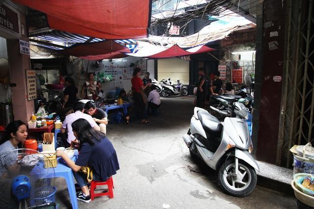 Một khúc của hẹp trong ngõ Trung Yên. Chính yếu tố nhỏ hẹp làm nên sự thú vị của ngõ Trung Yên, khiến nơi đây rất phát triển dịch vụ home stay, quán ăn vỉa hè được khách Tây chú ý.