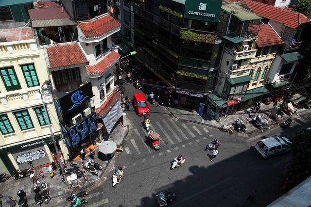 Lối vào phố Đinh Liệt từ phía phố Cầu Gỗ. Phố nhỏ, nhà cao san sát.