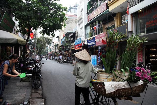 Ngoài các khách sạn, nhà hàng chuyên phục vụ khách nước ngoài, phố Hàng Bè còn có nhiều phòng tranh, cửa hàng đồ lưu niệm.