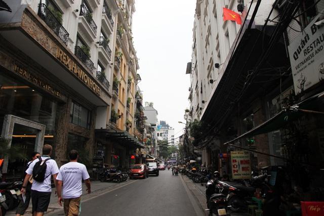 Gia Ngư là nơi phố tập trung nhiều khách sạn lớn nhất khu vực phố cổ Hà Nội, luôn tấp nập du khách nước ngoài.