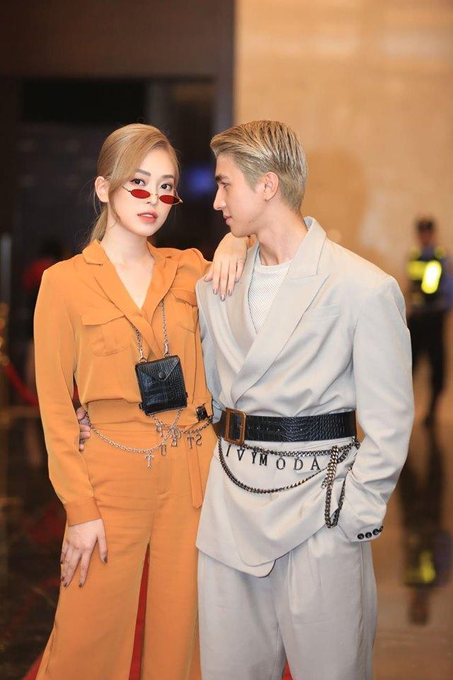 Đi cùng cô trong sự kiện là chàng bạn trai Bình An