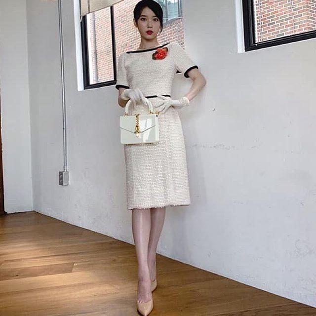 IU trong chiếc đầm trắng nhã nhặn của Gucci hơn 90,4 triệu với túi xách cùng thương hiệu giá 2.980 USD tương đương 69,3 triệu đồng.