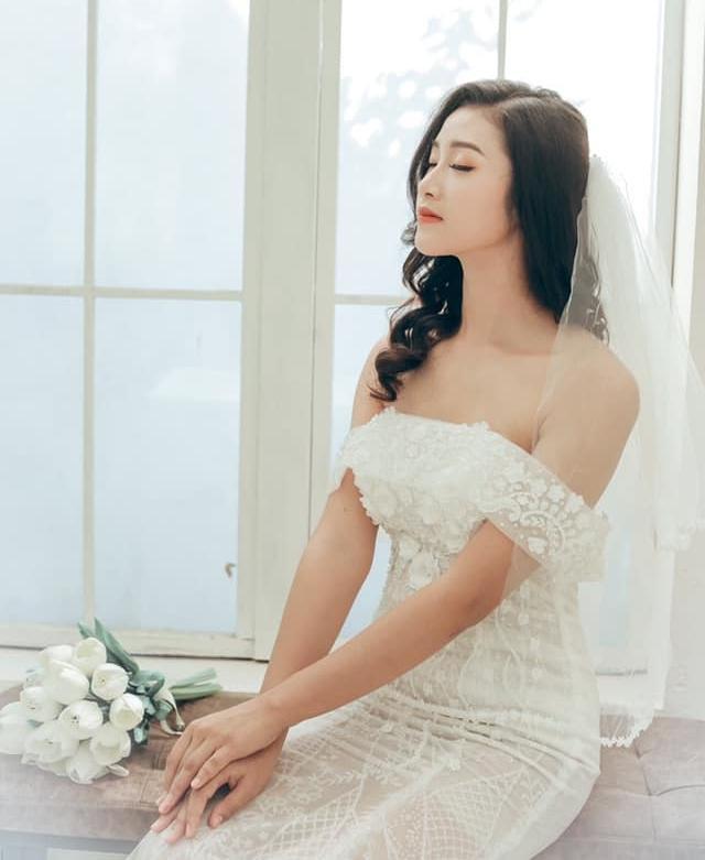 """""""Hot girl xứ Thanh"""" Hường Hường tin """"Văn Đức 2.0"""" Trọng Hùng giúp Việt Nam đánh bại Malaysia."""
