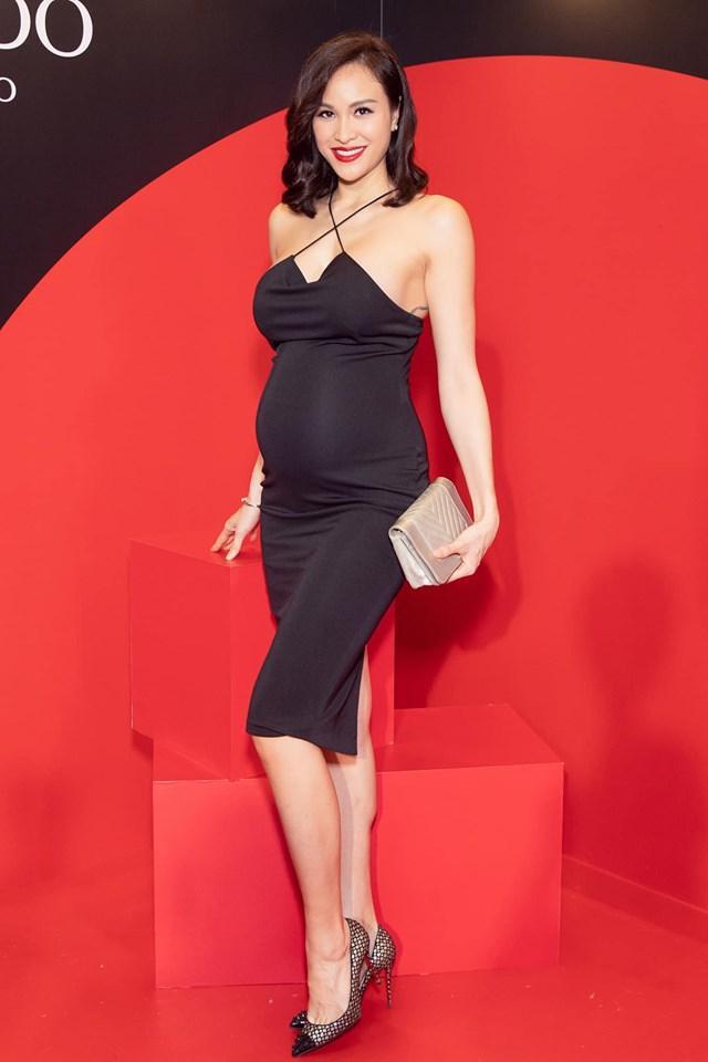 Nhờ chăm chỉ tập luyện nên dù mang bầu 8 tháng Phương Mai vẫn xinh đẹp gợi cảm vàvẫn có thể di chuyển nhẹ nhàng, uyển chuyển trên những đôi cao gót