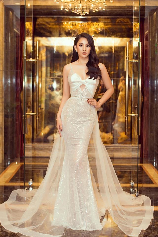 Diện chiếc váy đuôi cá ôm sát, xuyên thấu gợi cảm, Hoa hậu Tiểu Vy trông vô cùng kiêu sa, rạng rỡ. Kiểu tóc xoăn nhẹ, cũng được nhận định là vô cùng phù hợp với chân dài.