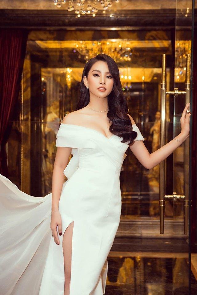 Tuy vậy, Tiểu Vy vẫn rất lộng lẫy trong cả hai mẫu đầm, fan nhan sắc khó phân định được, mình thích nàng hậu trong hình ảnh nào hơn.
