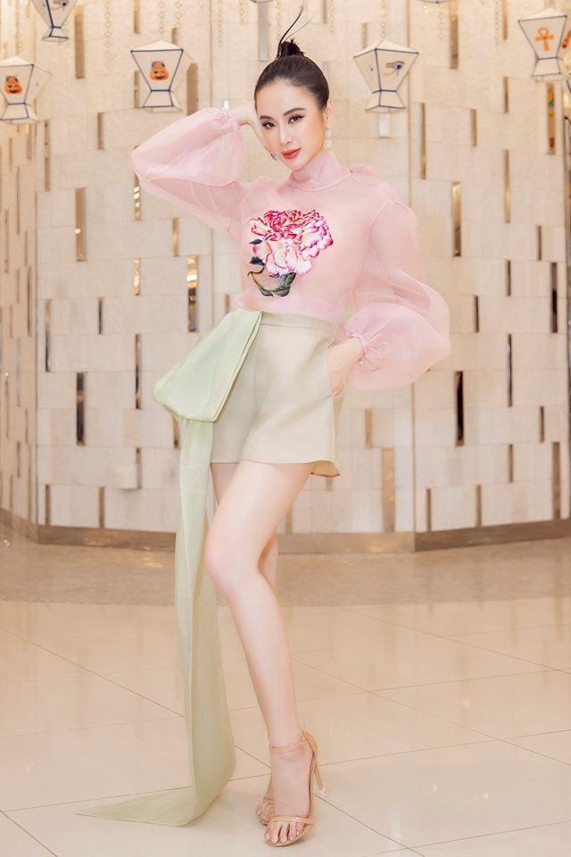 Cùng đứng đầu danh sách sao đẹp tuần còn có Angela Phương Trinh. Cô nàng tham dự một sự kiện cùng chiếc váy lụa mong manh, thêu hoa của NTK Trần Hùng.