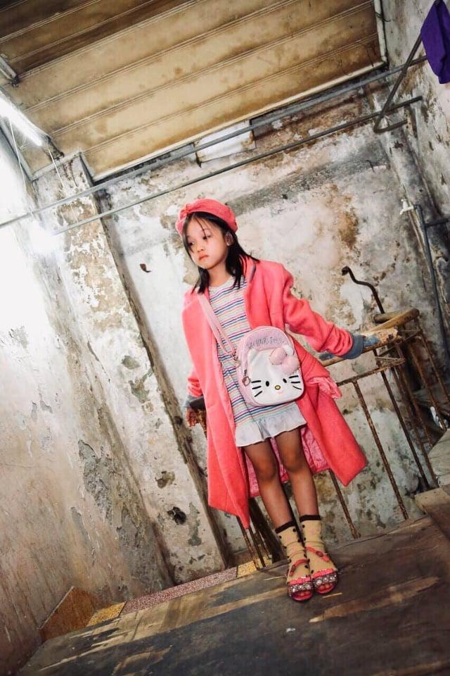 Cô bé vô gia cư trên vỉa hè Hà Nội tự phối đồ cực chất từ quần áo cũ vứt đi và giấc mơ trở thành người mẫu sắp trở thành hiện thực ảnh 5