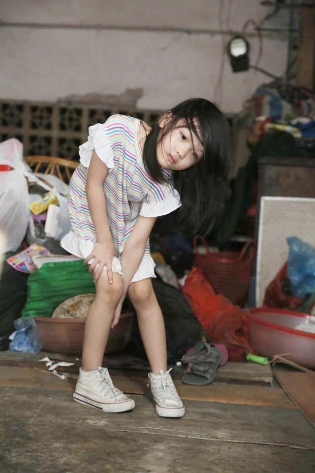 Cô bé vô gia cư trên vỉa hè Hà Nội tự phối đồ cực chất từ quần áo cũ vứt đi và giấc mơ trở thành người mẫu sắp trở thành hiện thực ảnh 11
