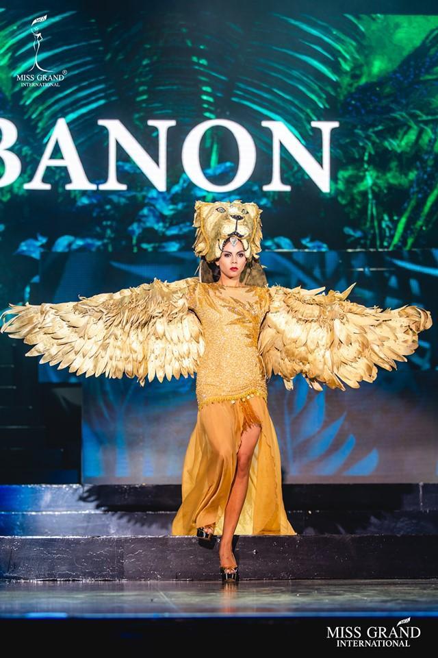 Bộ trang phục dân tộc ấn tượng của đại diện đến từ Lebanon. Với sự đầu tư kĩ lưỡng ở chi tiết mấn đội đầu cùng màu với phần thân tạo nên sự ma mị cho đất nước Lebanon.
