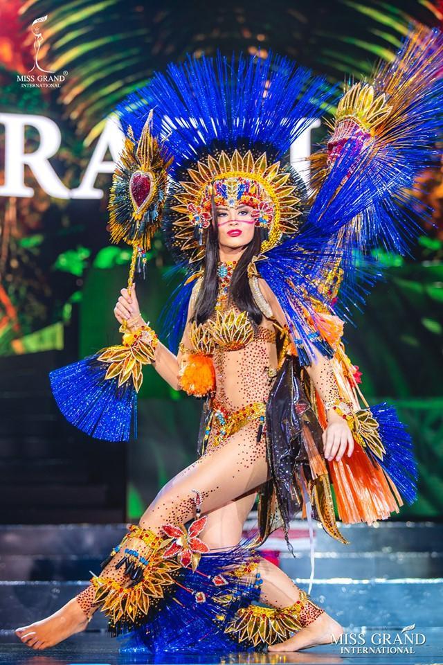 Không thể bỏ qua bộ trang phục đậm chất lễ hội của Brazil. Bộ trang phục với những chi tiết cầu kì nhưng vẫn toát lên tinh thần của đất nước của những lễ hội. Với kĩ năng trình diễn xuất sắc, Brazil cũng là ứng cử viên nặng kí cho cuộc đua năm nay.
