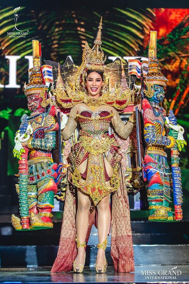 Thái Lan luôn là quốc gia tạo được ấn tượng tốt ở những bộ trang phục dân tộc khi đi chinh chiến quốc tế. Trên sân khấu Miss Grand International 2019, mỹ nhân Arayha Suparurk mang cả một Thái Lan thu nhỏ với họa tiết chùa, đền được chạm trổ tinh xảo.