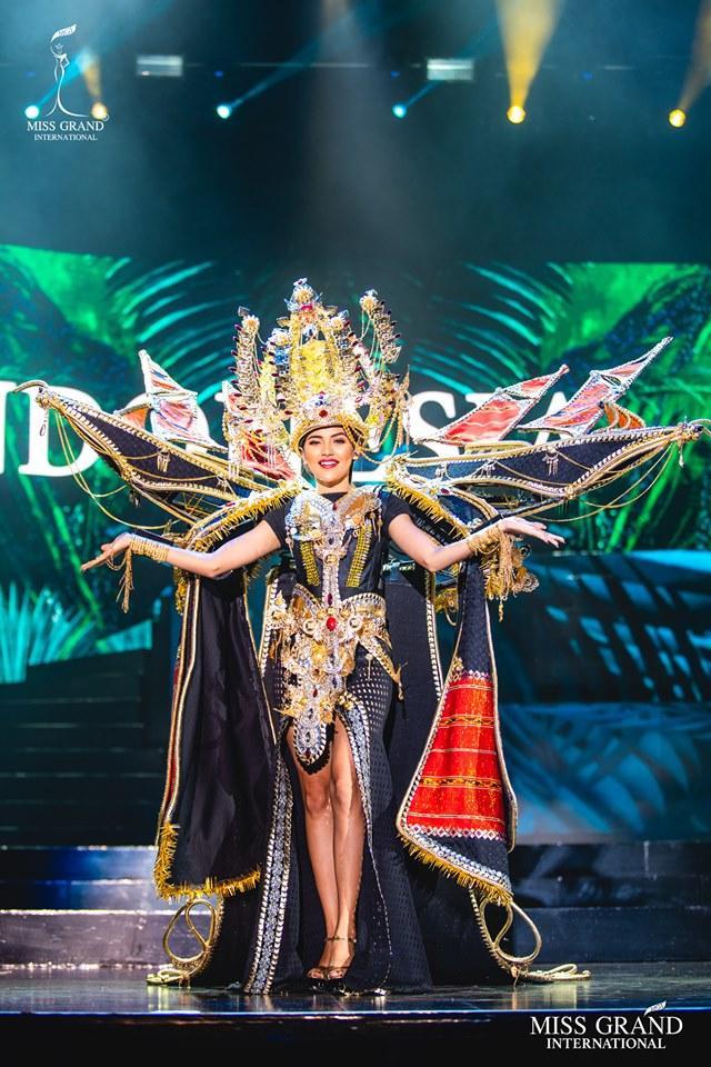 Cầu kì, công phu, tinh xảo là những từ ngữ dành cho bộ trang phục của đại diện đến từ Indonesia. Quốc gia vạn đảo này từng rất có duyên ở phần thi National Costume ở các sân chơi sắc đẹp.