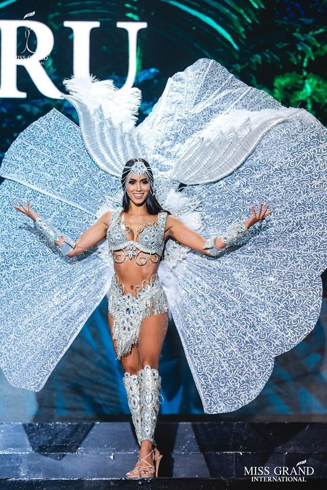 Bộ cánh của thí sinh Peru - Camila Escribens làm người hâm mộ ít nhiều liên tưởng đến bộ trang phục dân tộc mà người đồng hương, đồng thời cũng là Miss Grand International 2017 - Maria Jose Lora mặc vào mùa giải cách đây 2 năm trên đất nước Việt Nam.