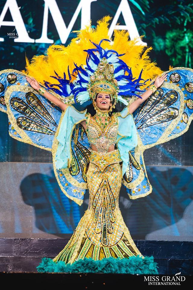 Đại diện đến từ Panama có phần trình diễn thăng hoa trên sân khấu với bộ trang phục dân tộc được đầu tư cầu kì.