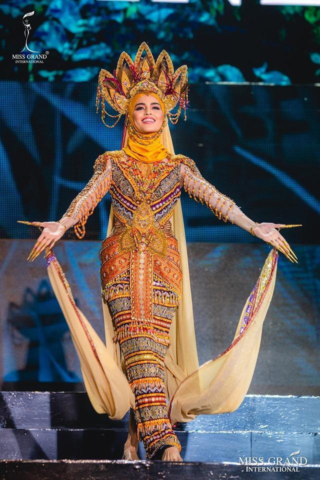 Nói về phần thiNational Costume của đại diện Philippines -Samatha Lo, lẽ ra cô không phải diện thiết kế này trên sân khấu.