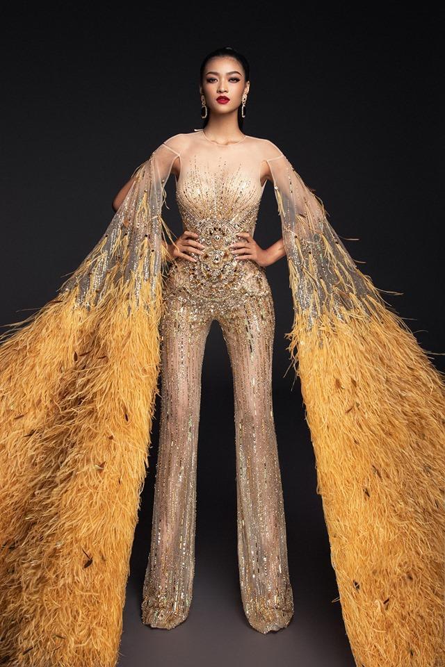 Trên nền váy áo tông nuy, bộ cánh của Kiều Loan được đính kết vô cùng lộng lẫy, lấp lánh, kèm theo đó là hai cánh tay dài, phủ trọn với vô vàn lớp lông vũ ấn tượng, đảm bảo sự nổi bật cho cô nàng trên sân khấu lớn.