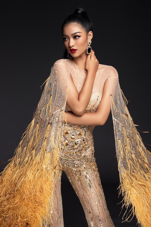 Cùng với đó, cô nàng phối trang phục với hoa tai bản to cùng kiểu tóc cột cao, đảm bảo tổng thể cá tính.