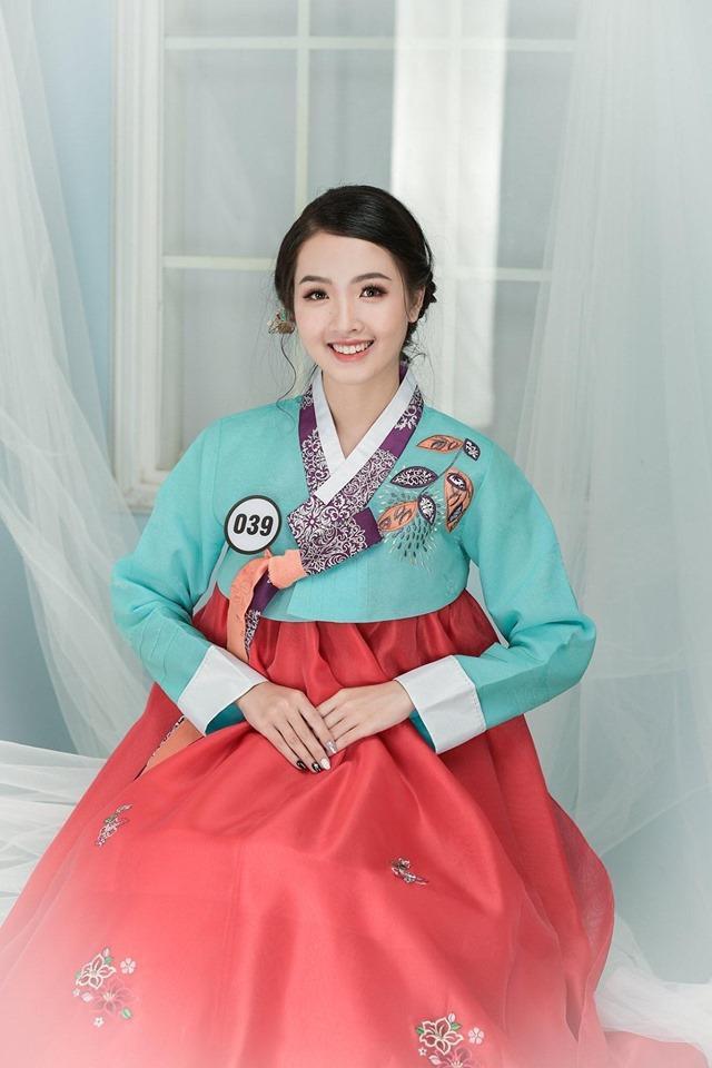 Tuy vậy, để theo đuổi ước mơ từ nhỏ, Khánh Ly đã gác lại chuyến hành trình đến Mỹ của mình và quyết tâm thi đỗ vào ĐH Hà Nội, khoa Quản trị Kinh doanh và Du lịch.