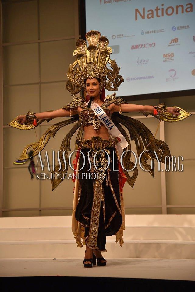 Mỹ nhân Sri Lanka khoác lên mình bộ trang phục dân tộc ấn tượng tượng trưng cho vị nữ thần rắn ma mị và quyền lực.