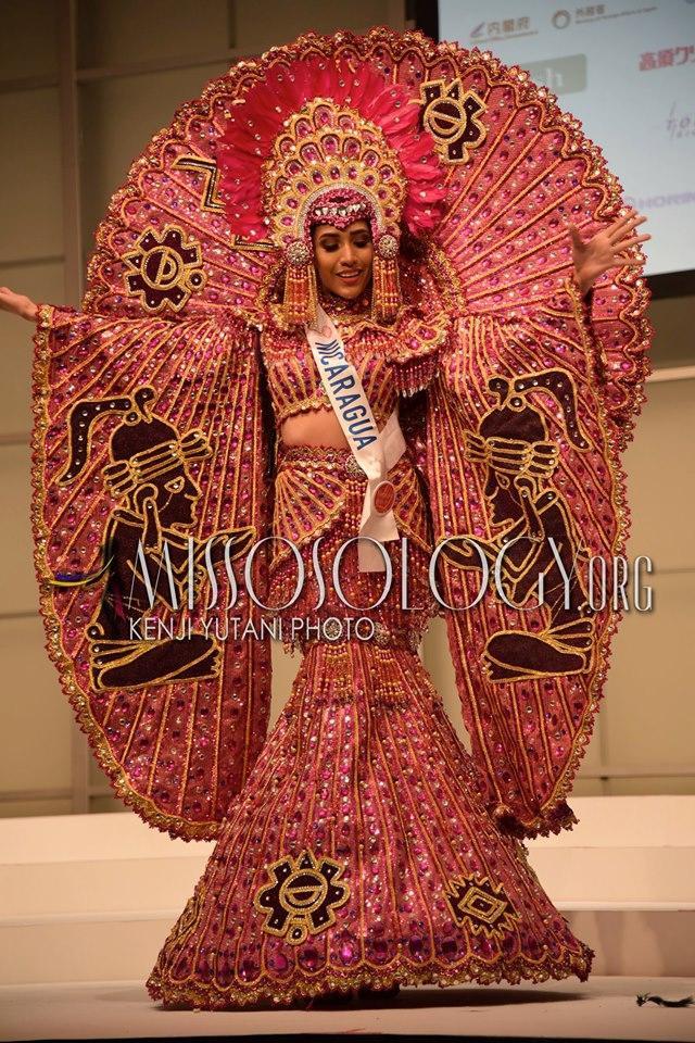 Đại diện Nicaragua gây ấn tượng mạnh với bộ trang phục dân tộc lộng lẫy và hoành tráng khi hoá thân thành nữ thần của quốc gia này.