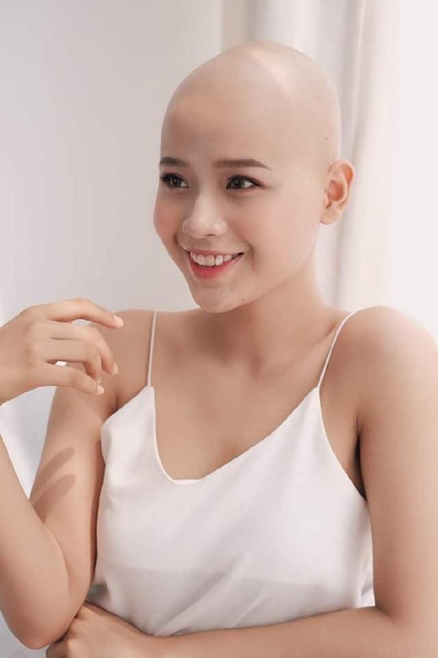 Thủy Tiên phải cạo trọc đầu để dần thích nghi với căn bệnh ung thư của mình