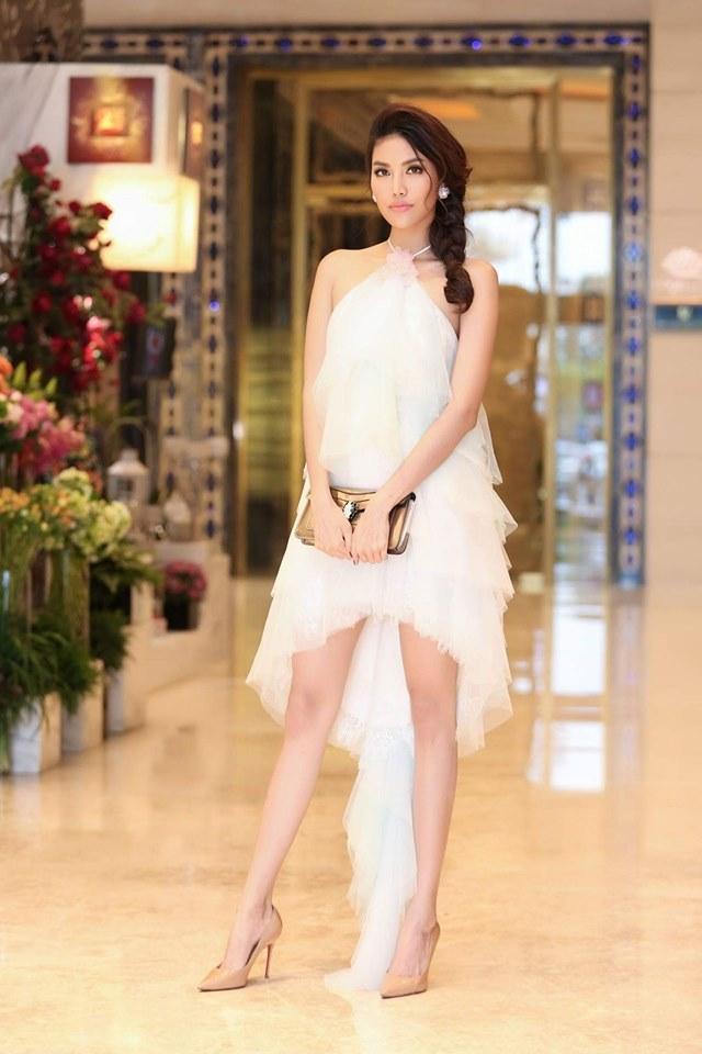 Bộ váy này được người đẹp diện vào năm 2017, phom dáng mullet là một điểm công nhằm tăng tính thời trang cho trang phục. Nếu so với hình ảnh bây giờ của Lan Khuê, có thể nhận định là chẳng khác mấy.