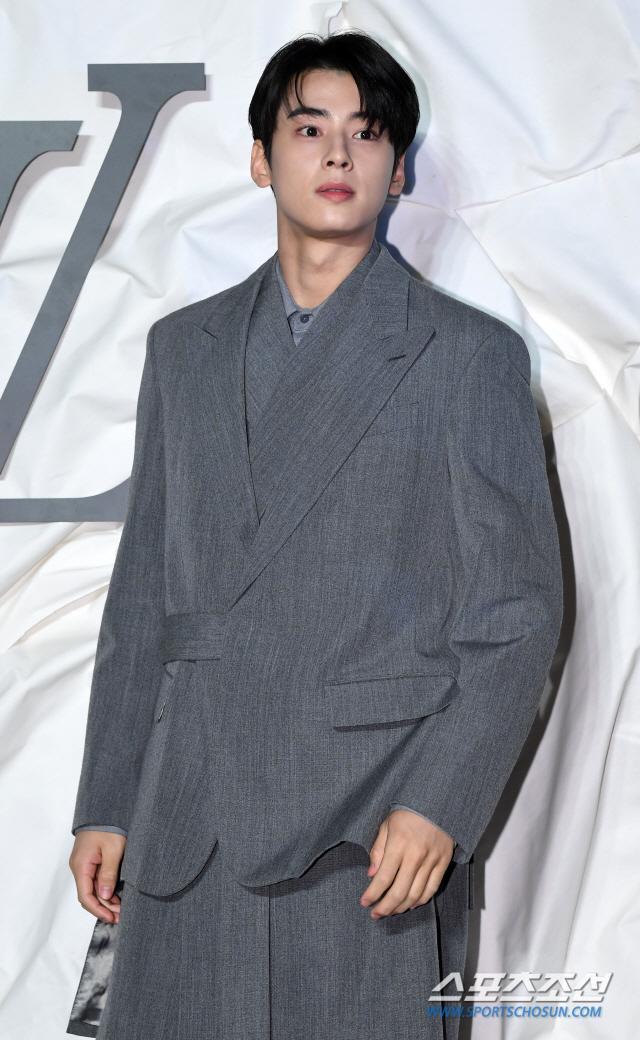 Màn đọ sắc đỉnh cao của Gong Yoo  Jung Woo Sung, Cha Eun Woo (Astro) và Sehun (EXO) tại sự kiện ảnh 10