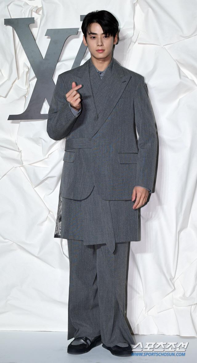 Màn đọ sắc đỉnh cao của Gong Yoo  Jung Woo Sung, Cha Eun Woo (Astro) và Sehun (EXO) tại sự kiện ảnh 11