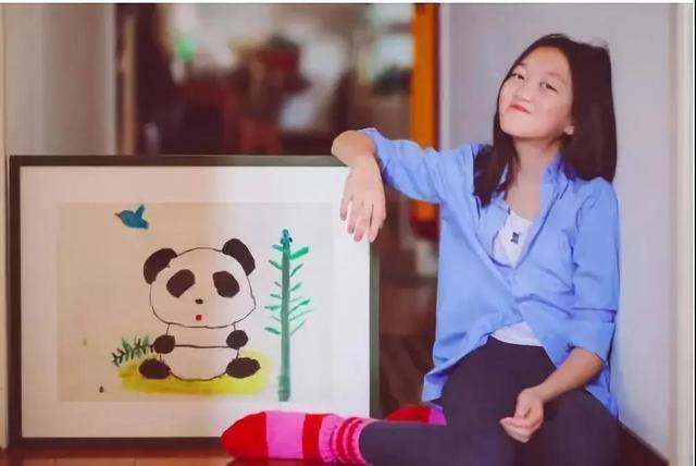 Lý Yên bên bức tranh gấu trúc do cô bé vẽ năm lên 7 tuổi
