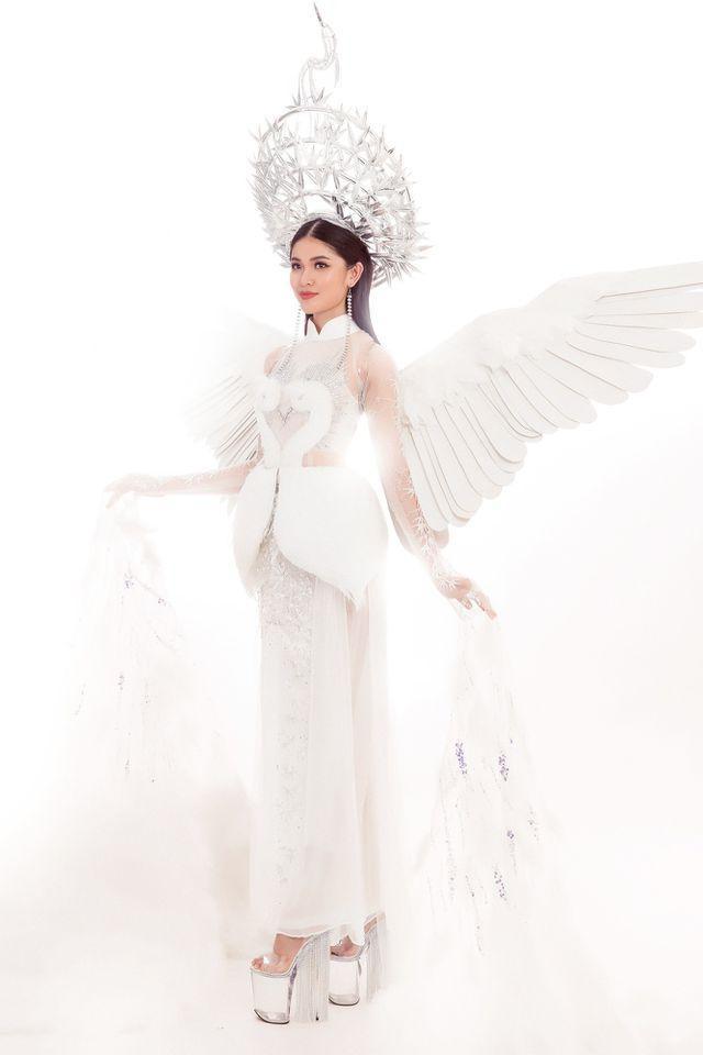 Gần đây nhất là Tiên Dung của Thùy Dung ở Miss International 2017. Trang phục lấy cảm hứng từ tà áo dài kết hợp với hình ảnh quen thuộc trong tâm thức người Việt – Con cò.