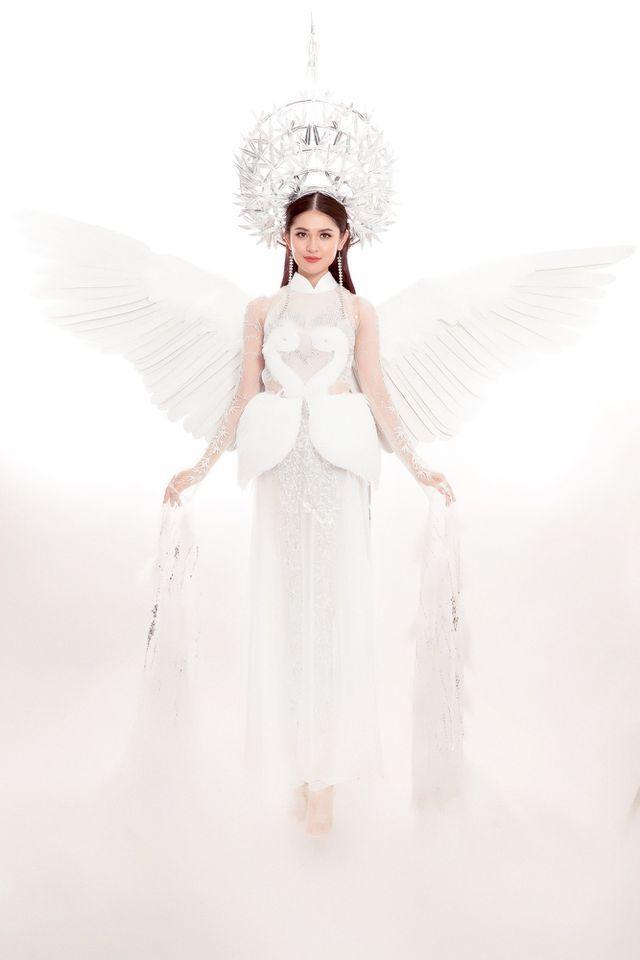 Hình ảnh cánh cò là điểm nhấn đặc biệt cho trang phục. Thiết kế mang màu trắng chủ đạo, với 6 tà tượng trưng cho tư tưởng lục long, lục thân. Chất liệu lông vũ tạo sự kiêu sa, quý phái.