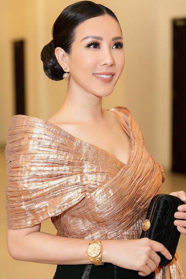 Hoa hậu Thu Hoài ghi điểm với chiếc váy tông vàng đồng lấp lánh.