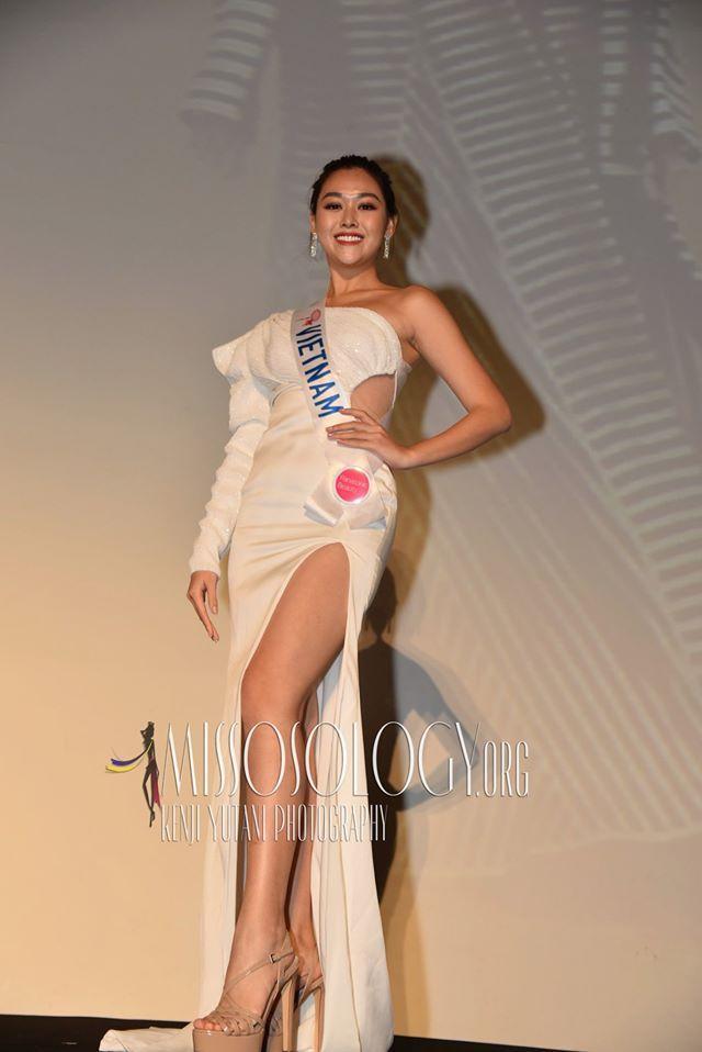 Chiếc váy vừa lệch vai vừa khoét eo, xẻ chân này cũng thuộc bộ sưu tập váy cũ mà Tường San mang đến Nhật Bản.