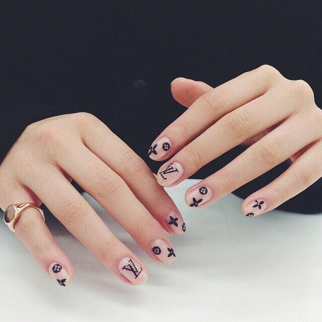 Chất phát ngất trend vẽ nail lấy cảm hứng từ logo các nhà mốt xa xỉ Gucci, Chanel, LV ảnh 13
