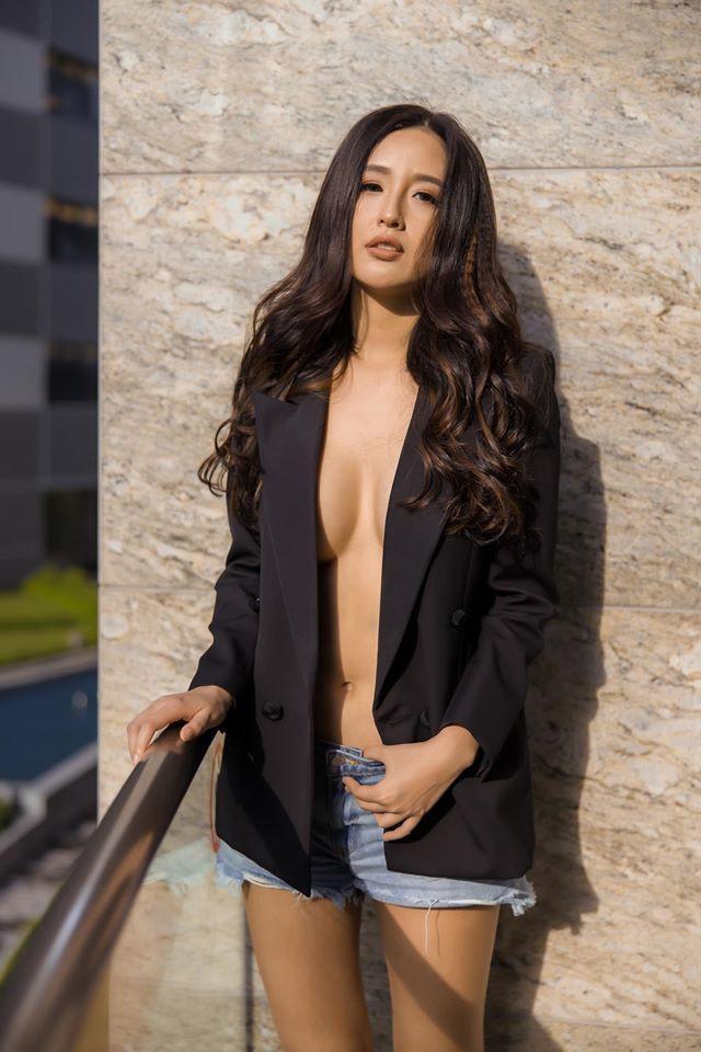 Trong chuyến du lịch của mình ra biển , hình ảnh Mai Phương Thúy diện áo vest đen không nội y mix cùng short jeans cá tính cùng mái tóc đen xoăn dài thu hút hơn 4,8 nghìn lượt thả tim