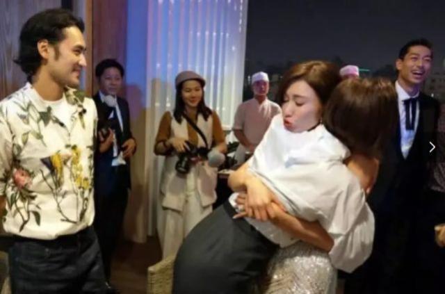 Lâm Chí Linh khoe dáng thon thả, chủ động giúp ông xã cởi áo trong buổi tiệc hậu kết hôn ảnh 9