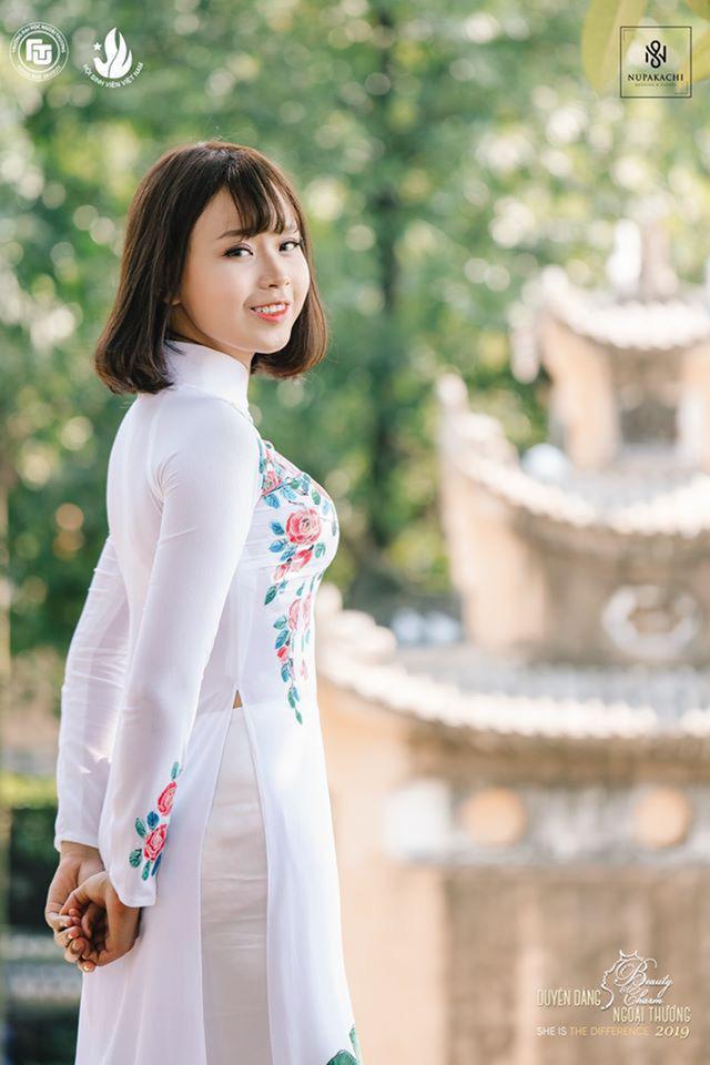 Thủy Tiên xinh đẹp trong tà áo dài.
