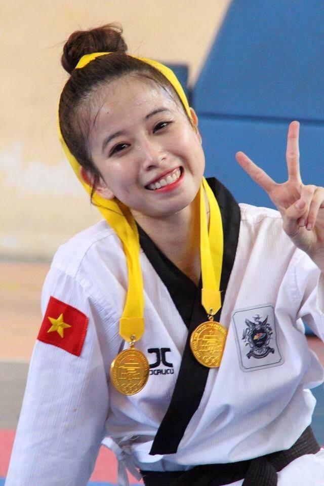 Mỗi lần giành được huy chương cao quý, Châu Tuyết Vân thường xuất hiện với nụ cười toả nắng trước ống kính.