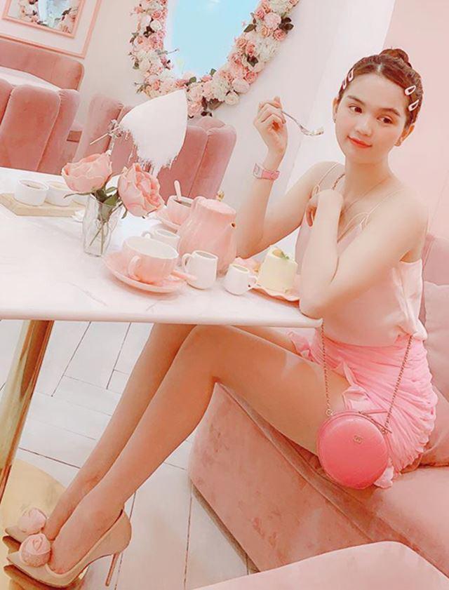 Thật sự, ai e dè màu hồng thì chẳng biết, chứ khi ngắm Trinh thế này, mọi người đều gật gù khen xinh.