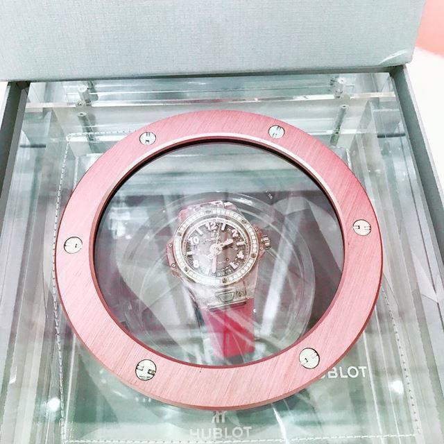 Ngoài ra, chân dài cũng sở hữu rất nhiều phụ kiện đắt giá mang tông nữ tính này, đơn cử như đồng hồ Hublot…