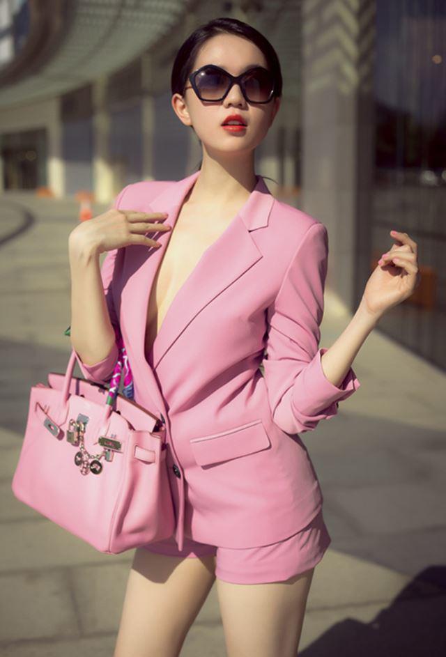 """Từ váy áo bánh bèo đến suits… kiểu trang phục nào, """"nữ hoàng nội y"""" đều có đủ."""