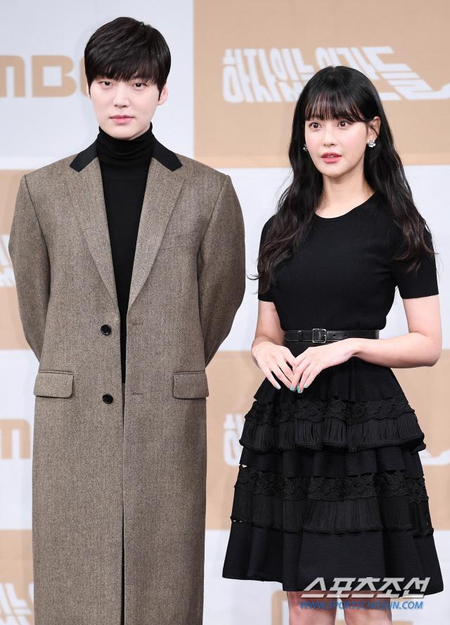 Họp báo Love With Flaws: Ahn Jae Hyun đẹp đôi bên Oh Yeon Seo, xin lỗi về vụ ly hôn với Goo Hye Sun ảnh 3