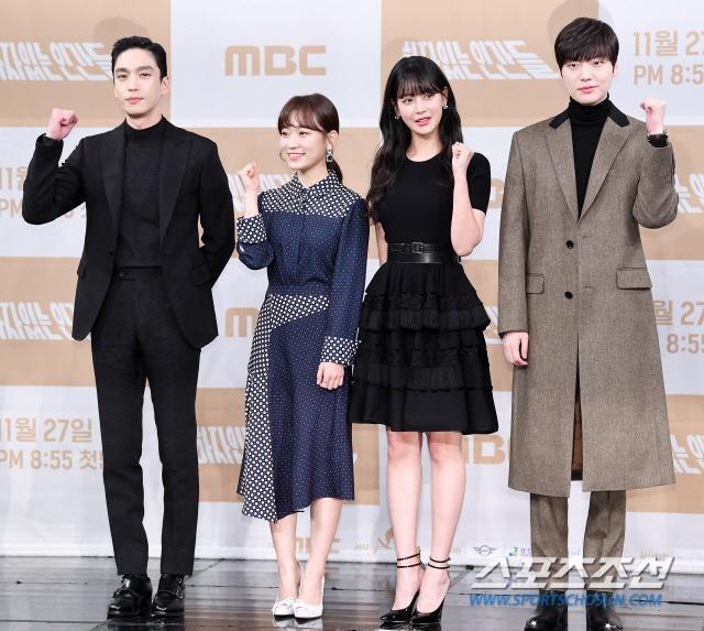 Họp báo Love With Flaws: Ahn Jae Hyun đẹp đôi bên Oh Yeon Seo, xin lỗi về vụ ly hôn với Goo Hye Sun ảnh 2