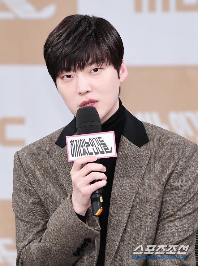 Họp báo Love With Flaws: Ahn Jae Hyun đẹp đôi bên Oh Yeon Seo, xin lỗi về vụ ly hôn với Goo Hye Sun ảnh 15