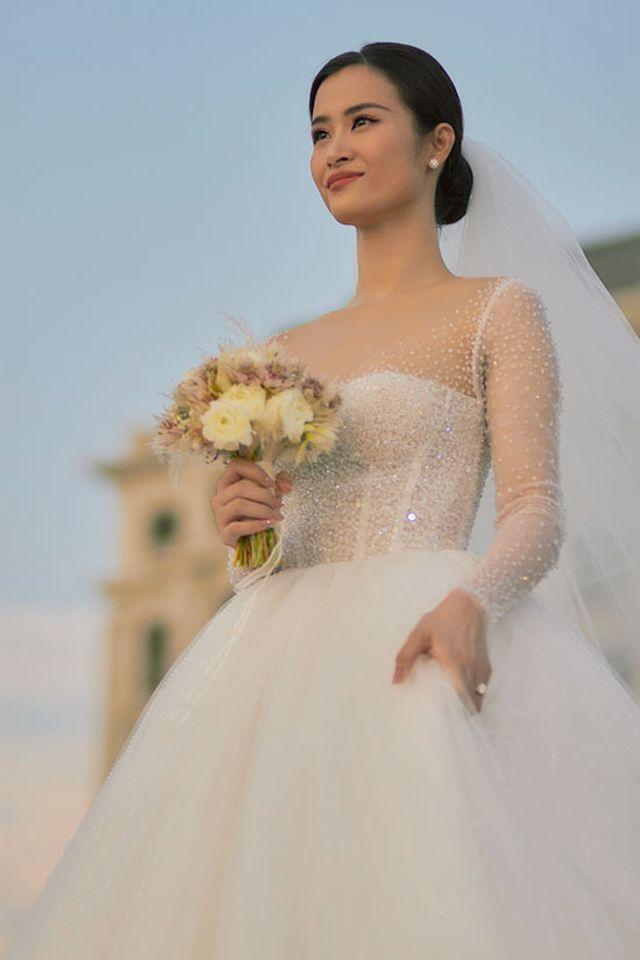 Đông Nhi đẹp thêm bội phần trong bộ váy cưới.