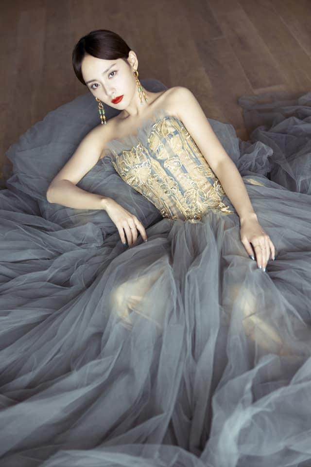 Làn da trắng không tì vết của Trương Gia Nghê tạo dáng trong kiểu váy cúp ngực bung xòe mang hơi hướng style công chúa Phương Tây