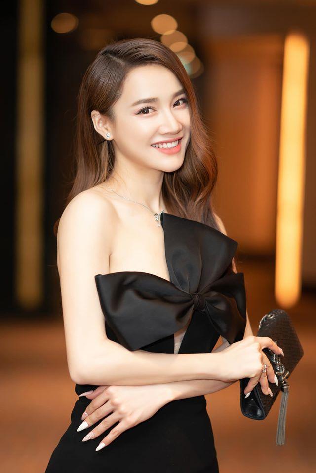 Xuất hiện tại một sự kiện gần đây, người đẹp thu hút hết mọi ánh nhìn khi thả dáng trong bộ váy đen cúp ngực cách điệu hình nơ quyến rũ.