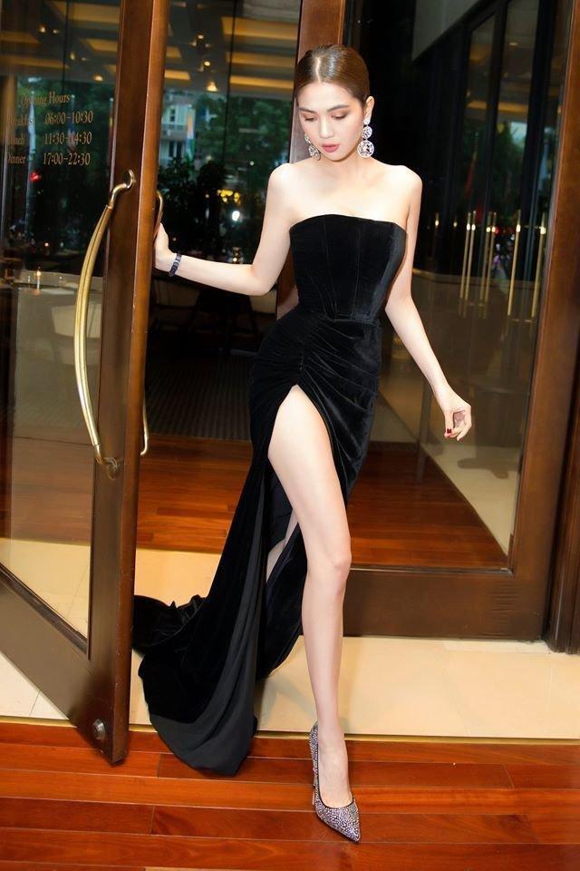 """Trước đó không lâu, Ngọc Trinh từng khiến các khán giả phải """"xao xuyến"""" trong bộ váy đen cúp ngực khoe trọn đôi chân """"cực phẩm"""""""
